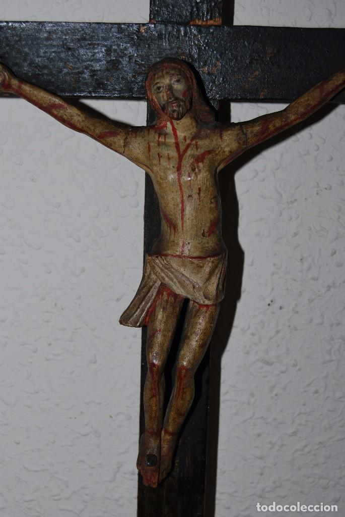 Antigüedades: CRUCIFIJO CON PEANA - JESÚS CRUCIFICADO - TALLA DE MADERA POLICROMADA - CRISTO DOLIENTE - S.XVIII - Foto 6 - 95847871