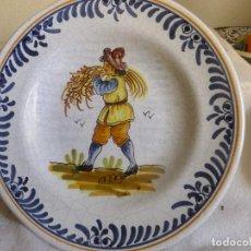 Antigüedades: PLATO DE CERÁMICA PINTADO A MANO CON CAMPESINO LLEVANDO UN HAZ DE TRIGO. VA MARCADO. Lote 95851451