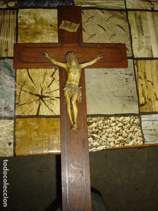 BONITO CRUCIFIJO EN MARQUETERIA DE METAL (Antigüedades - Religiosas - Crucifijos Antiguos)