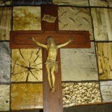 Antigüedades: BONITO CRUCIFIJO EN MARQUETERIA DE METAL. Lote 95867155