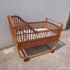 Antigüedades: CAMA INFANTIL DE MIMBRE AÑOS 40. Lote 95887163