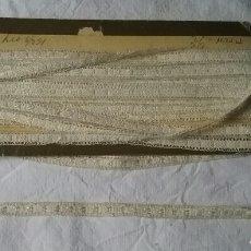 Antigüedades: ANTIGUO ENTREDOS-PUNTILLA.EN SU CARTÓN ORIGINAL.DE ANTIGUA MERCERÍA. 11 METROS. Lote 95899211