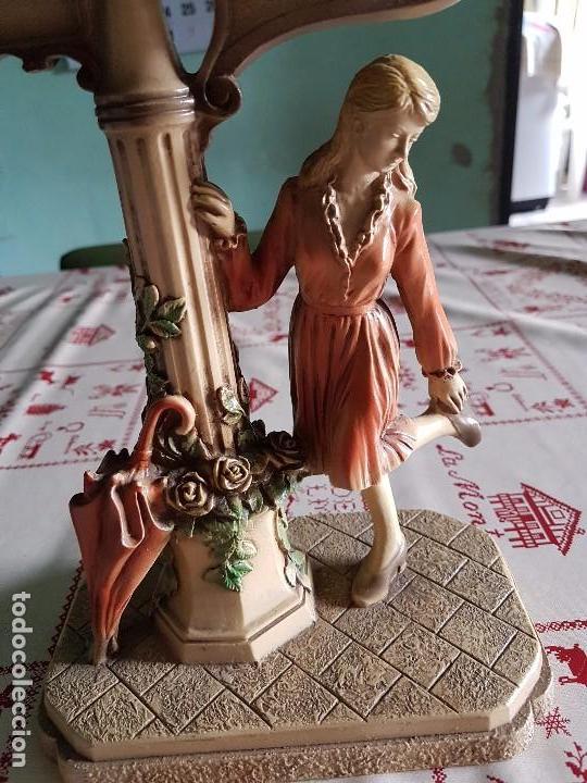 Antigüedades: Figura reloj de una mujer con su paraguas en paris - Foto 2 - 95963771
