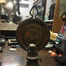 Antigüedades: ANTIGUO QUINQUE KOSMOS BRENNER EN METAL PARA PARED - MEDIDA 30 CM. Lote 95984259