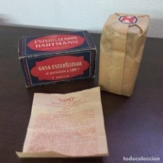 Antigüedades: CAJA CARTÓN Y FRASCO DE CRISTAL CON GASA ESTERILIZADA HARTMANN BARCELONA FARMACIA. Lote 96004559