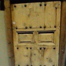 Antigüedades: PUERTA DE CUARTERONES Y CLAVOS CON MARCO. Lote 96035047