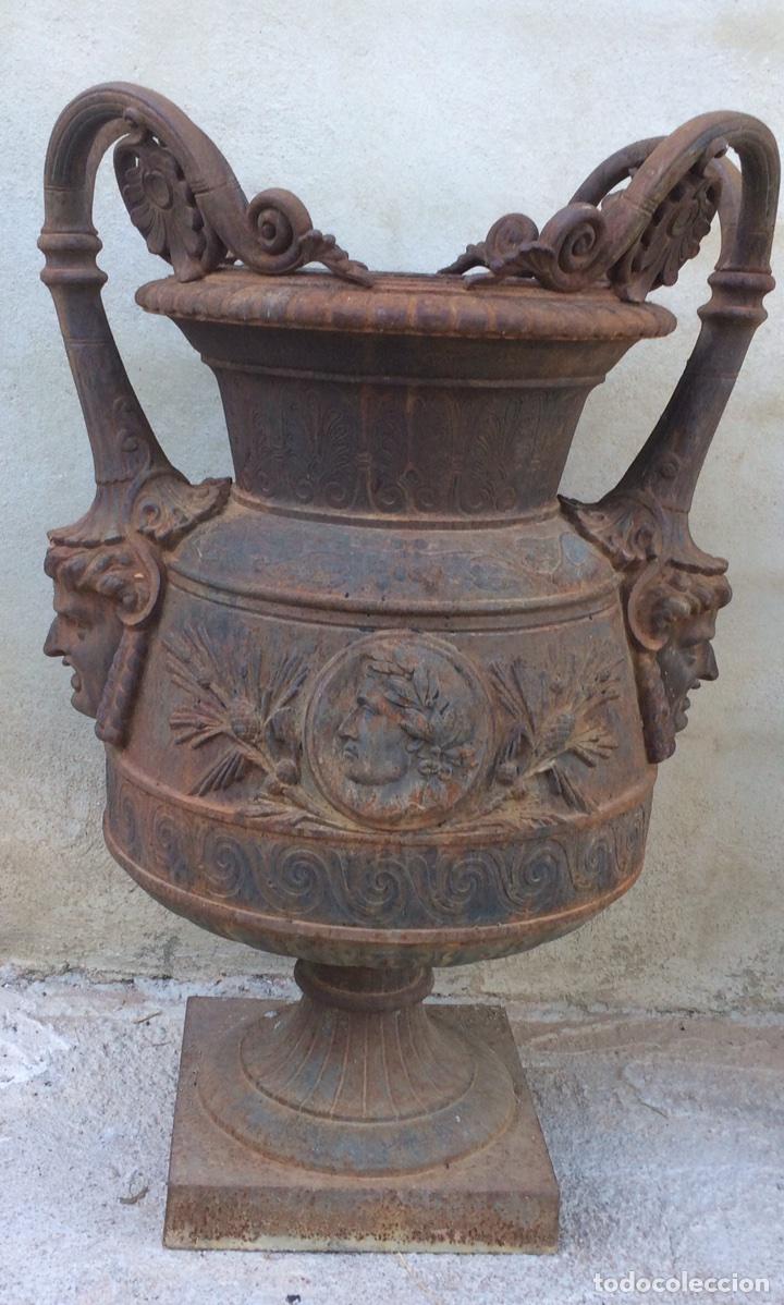 ANTIGUO JARRÓN DE HIERRO COLADO (Antigüedades - Hogar y Decoración - Jarrones Antiguos)