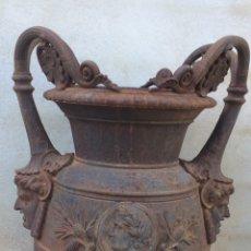 Antigüedades: ANTIGUO JARRÓN DE HIERRO COLADO. Lote 96038512