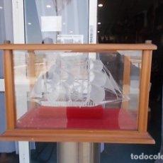 Antigüedades: VITRINA CON BARCO DE CRISTAL. Lote 96065803