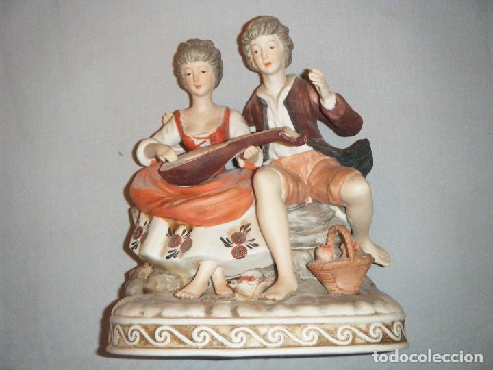 DELICADA FIGURA DE PAREJA ROMANTICA EN PORCELANA BISCUIT DECORADA A MANO (Antigüedades - Hogar y Decoración - Figuras Antiguas)