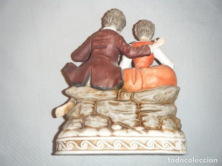 Antigüedades: DELICADA FIGURA DE PAREJA ROMANTICA EN PORCELANA BISCUIT DECORADA A MANO - Foto 3 - 96113275