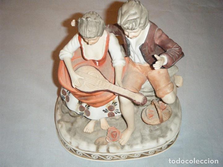 Antigüedades: DELICADA FIGURA DE PAREJA ROMANTICA EN PORCELANA BISCUIT DECORADA A MANO - Foto 4 - 96113275