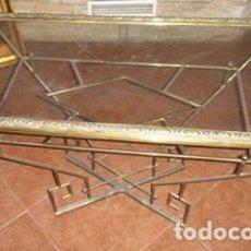 Antigüedades: MESA BAJA DE BRONCE Y CRISTAL. Lote 96257571