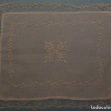 Antigüedades: ANTIGUO TAPETE DE SACRISTÍA - BORDADO Y ENCAJE DE BRUSELAS PPIO.S.XX. Lote 96340128
