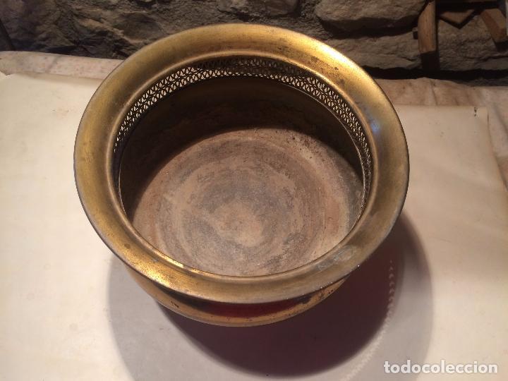 Antigüedades: Antigua maceta / macetero de latón / metal de los años 50-60 con patas - Foto 3 - 96384439