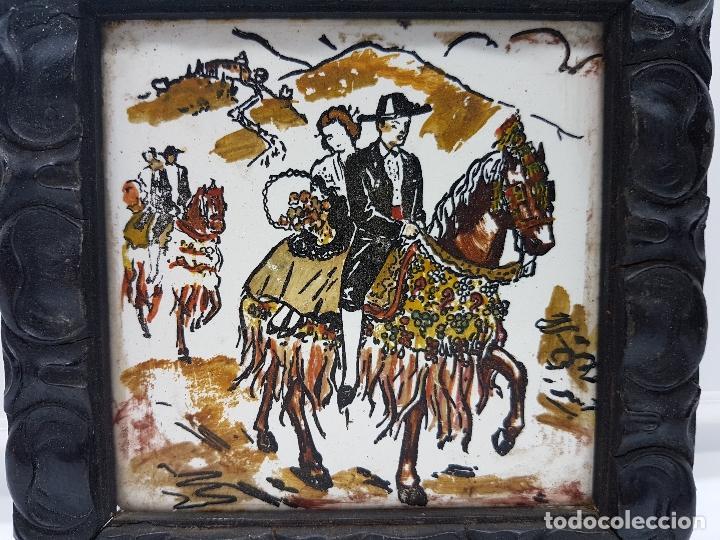 Antigüedades: Magnífico cuadro antiguo pintado sobre azulejo tipo goyesco con marco de madera muy trabajado. - Foto 2 - 96393999