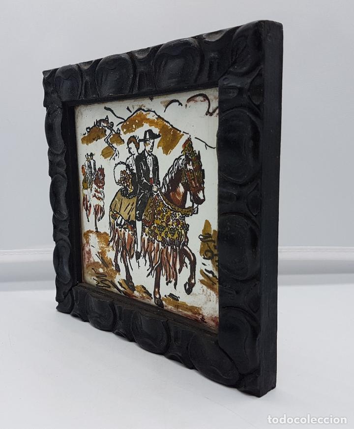 Antigüedades: Magnífico cuadro antiguo pintado sobre azulejo tipo goyesco con marco de madera muy trabajado. - Foto 3 - 96393999