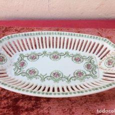 Antigüedades: FUENTE ANTIGUO CON CALADOS EN PORCELANA SIGLO XIX. Lote 96444175