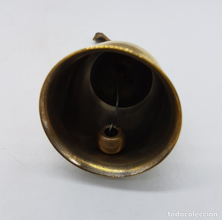 Antigüedades: Antigua campana de latón con empuñadura en forma de jirafa cincelada a mano de Kenia. - Foto 5 - 96525303