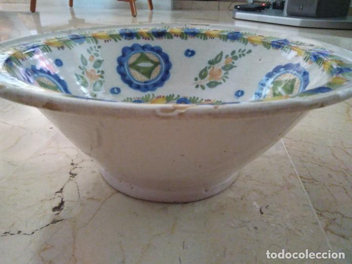 Antigüedades: ESPECTACULAR LEBRILLO DE CERÁMICA DE MANISES. FIRMADO. 13 cm de altura. 34 cm de diámetro. - Foto 2 - 96579923