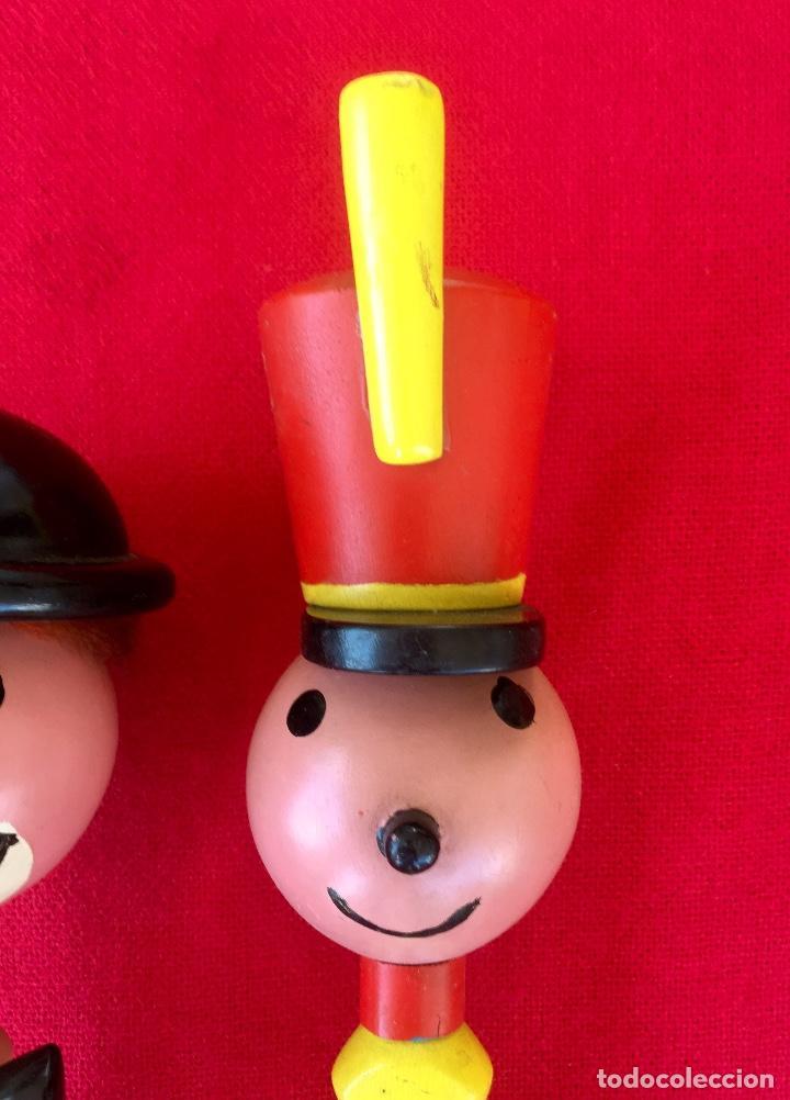 Antigüedades: Payaso y soldado artesanales 1950 calzadores pintados a mano circo colores vivo decoracion infantil - Foto 3 - 96676699