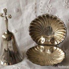 Antigüedades: CONJUNTO DE CAMPANA Y CONCHA DE SANTIAGO DE COMPOSTELA EN ALPACA. Lote 96677671