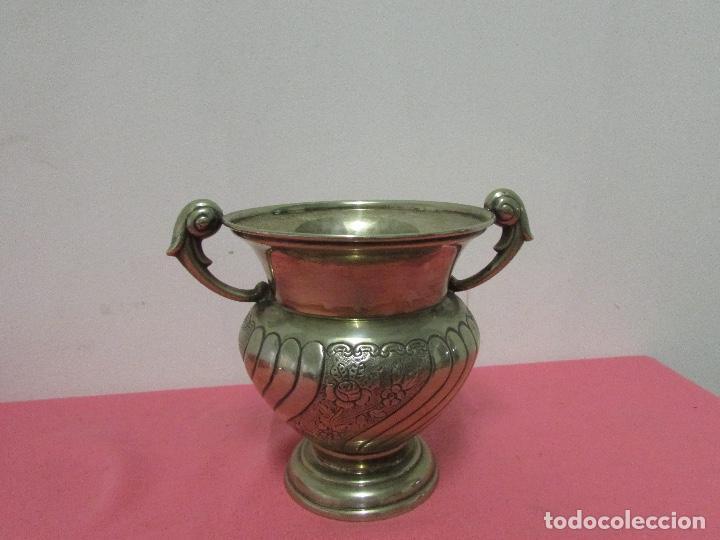 FLORERO METAL CON ASAS # (Antigüedades - Hogar y Decoración - Floreros Antiguos)