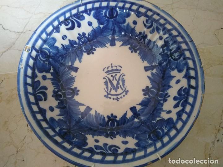 PLATO DE CERÁMICA DE MANISES CON EL ESCUDO DE LA VIRGEN. 31 CM DE DIÁMETRO. (Antigüedades - Porcelanas y Cerámicas - Manises)