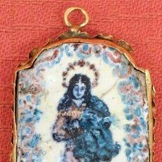 Antigüedades: COLGANTE EN PORCELANA ESMALTADA Y PINTADA CON BORDE DE ORO. SIGLO XVIII. Lote 96748175