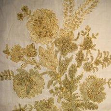 Antigüedades: GRAN MANTELETA BOBINÉ Y DELANTAL, BORDADO EN HILO METÁLICO COLOR ORO EN CADENETA Y CON PERLAS. Lote 177328749