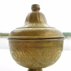 Antigüedades: COPÓN OSTIARIO EN LATÓN CON RELIEVES 12 CMS DIÁMETRO Y 17,5 CMS DE ALTURA PERFECTO. Lote 96813719