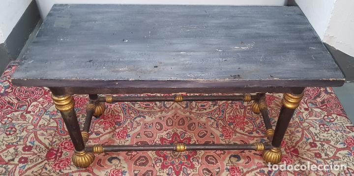 MESA DE CENTRO ESTILO EGIPCIA. MADERA DE NOGAL. POLICROMADA A MANO. ESPAÑA. SIGLO XIX. (Antigüedades - Muebles Antiguos - Mesas Antiguas)