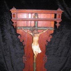 Antigüedades: EXQUISITA TALLA DE JESUCRISTO EN LA CRUZ EN CAPILLA TODO EN MADERA. Lote 96869487