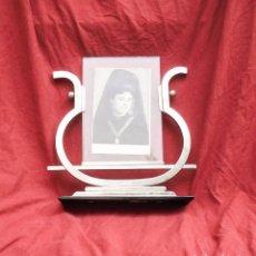 Antigüedades: PORTA FOTO DECO DE LOS AÑOS 40 DE LATÓN CROMADO Y CRISTAL NEGRO. Lote 96870647