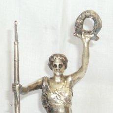 Antigüedades: ANTIGUA FIGURA DE BRONCE MACISO BAÑO PLATA MUJER 25 CM SOSTENIENDO RIFLE Y CORONA DE LAURELES TROFEO. Lote 96873319