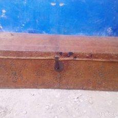 Antigüedades: BAUL MUY ANTIGUO FORRADO DE PIEL Y CUERO CON LETRAS 116 CMS. DE LARGO X 41 DE ALTO X 48 DE PROFUNDO. Lote 96893515