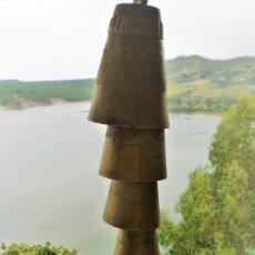 Antigüedades: CONJUNTO DE CAMPANAS EN CASCADA CON SONIDOS RELAJANTES UNICAS Y ARTESANALES CON GRABADOS EN BRONCE. Lote 96903743