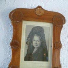 Antigüedades: ANTIGUO MARCO DE MADERA HECHO A MANO EN 1901 CON FOTOGRAFIA. Lote 96933075
