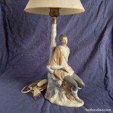 Antigüedades: LAMPARA PORCELANA PASTOR LLADRO CON PANTALLA PARA MESA MESILLA. Lote 96973358
