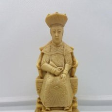 Antigüedades: ESCULTURA ANTIGUA DE EMPERADOR CHINO SENTADO EN SU TRONO, MUY TRABAJADA CON BASE DE TERCIOPELO. Lote 96974243
