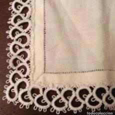 Antiquitäten - Pañuelo bolsillo hilo blanco roto / beige con vainica y encaje 28cm x 28cm - Hecho a mano - Sin usar - 96983859