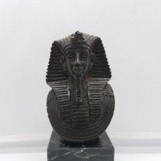Antigüedades: ANTIGUA ESCULTURA EGIPCIA DE BUSTO FARAÓNICO CON JEROGLÍFICOS EN EL REVERSO SOBRE PEANA DE MARMOL.. Lote 96991375