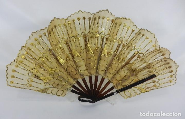 ANTIGUO ABANICO COLONIAL DE BARAJA. ASTA Y PAÍS DE PIEL LABRADA AL ORO. 21 CM. (Antigüedades - Moda - Abanicos Antiguos)