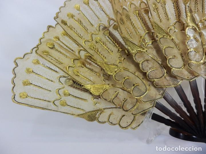 Antigüedades: Antiguo abanico colonial de baraja. Asta y país de piel labrada al oro. 21 cm. - Foto 2 - 97111263