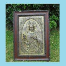 Antigüedades: GRAN SAGRADO CORAZÓN EN RELIEVE-METAL PLATEADO Y MARCO MADERA-SIGLO XIX. 69 X 50 CM.CRISTO REY. Lote 97123335