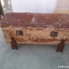 Antigüedades: ARCA DE PIEL CON PIE. Lote 97127875