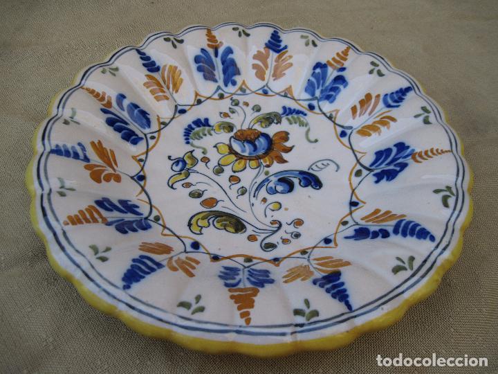 PLATO DE CASTAÑUELAS EN CERAMICA PINTADA Y VIDRIADA DE TALAVERA / TOLEDO. (Antigüedades - Porcelanas y Cerámicas - Talavera)