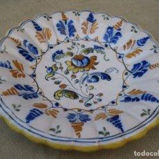 Antigüedades: PLATO DE CASTAÑUELAS EN CERAMICA PINTADA Y VIDRIADA DE TALAVERA / TOLEDO.. Lote 97133667