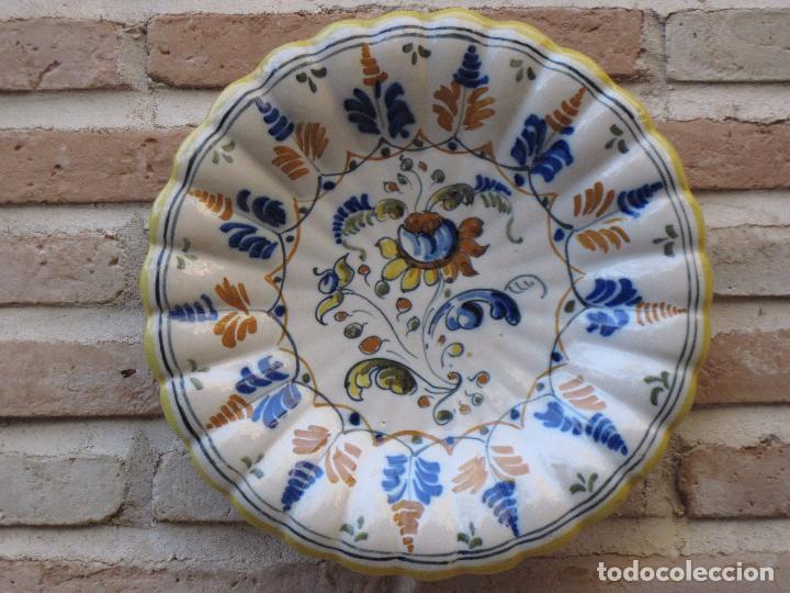 Antigüedades: PLATO DE CASTAÑUELAS EN CERAMICA PINTADA Y VIDRIADA DE TALAVERA / TOLEDO. - Foto 2 - 97133667