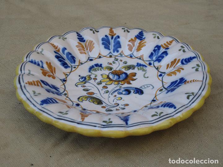 Antigüedades: PLATO DE CASTAÑUELAS EN CERAMICA PINTADA Y VIDRIADA DE TALAVERA / TOLEDO. - Foto 4 - 97133667